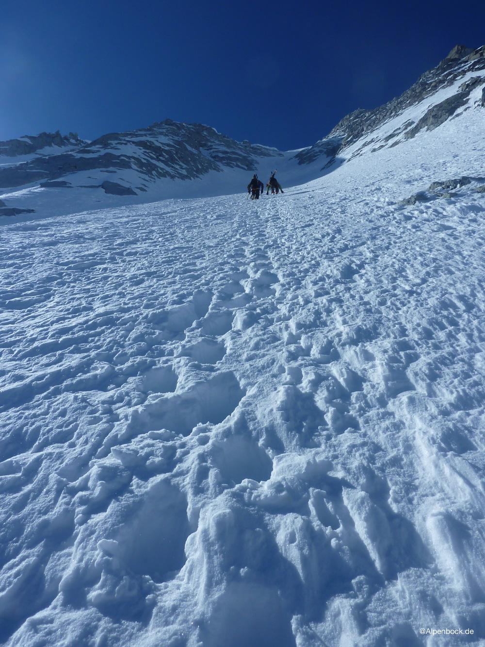 Der noch gut pulvirge Schnee im unteren Teil lässt auf eine feine Abfahrt hoffen.