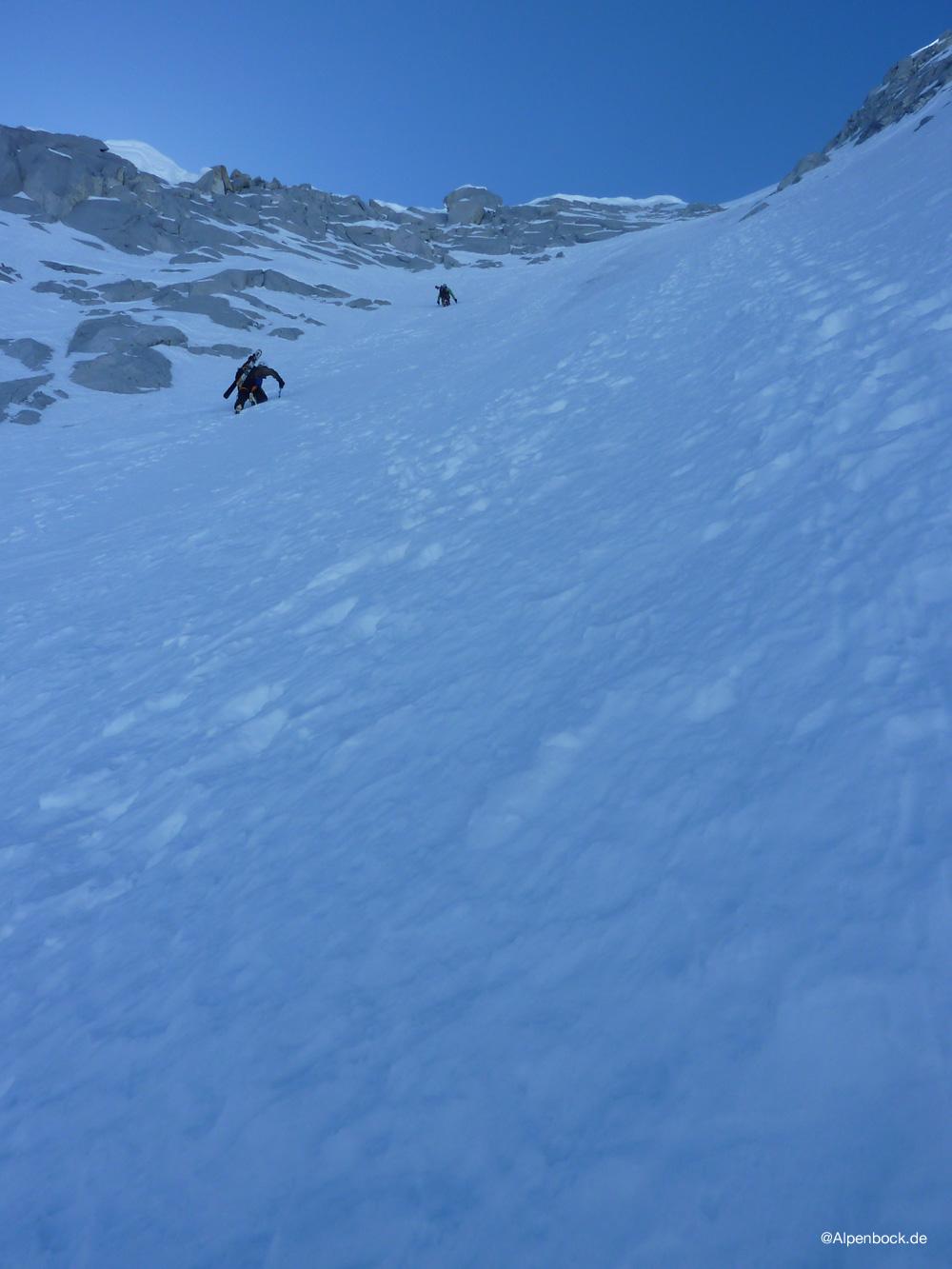 Doch leider gibt es im oberen, steileren Teil einige mit nicht mehr wirklich viel Schnee bedeckte Abschnitte.