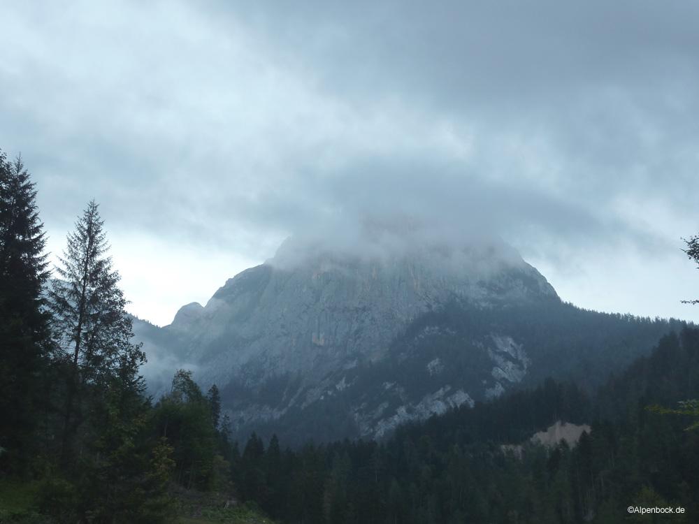 Düster reckt sich die Alpawand am frühen Morgen empor.