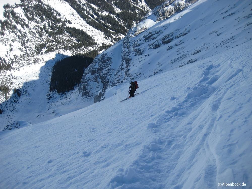 Der obere Rücken war extrem abgeblasen. Aber nach einigen Metern mit 10 cm Schnee auf Geröll wurde es dann richtig gut