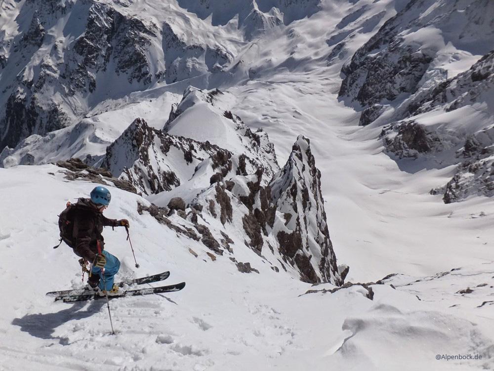 Nachdem wir auf dem Gipfel 2 Stunden vergeblich auf ein Auffirnen gewartet hatten, fuhren wir, in Hoffnung auf weicheren Schnee weiter unten, dann doch mal los