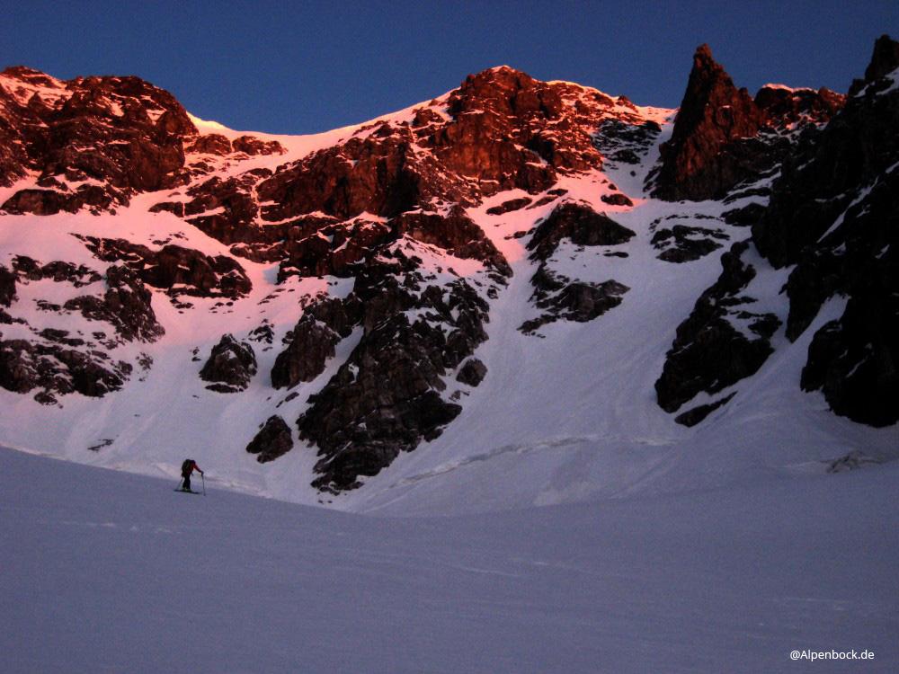 """Nachdem wir auf der eigentlich geschlossenen Schaubachhütte ein sehr gemütliches """"Biwak"""" verbringen durften (Danke nochmal) ging es am nächsten Morgen wieder zeitig los"""